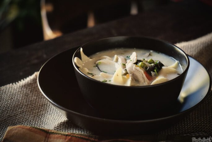 This black bowl perfectly offsets the creamy white tones of chicken and broth in this soup. Loaded with chicken, noddles and veggies, you'll need to grab a spoon.